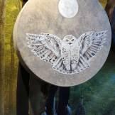 florencia burton tambor-lechuza-blanca-martin-gray-luthier-del-bosque-patagonia-tambor-ceremonial-drum