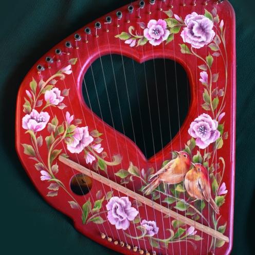 _LIRA CORAZON CROMATICA _detalle Lira IRIS grayburton harps luthierdelbosque martin gray bariloche arpas celtas celtic celtik harp bariloche patagonia argentina